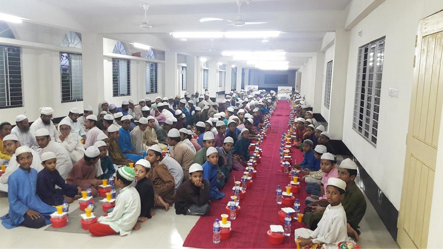 Mr. Noodles distributes iftar to orphans