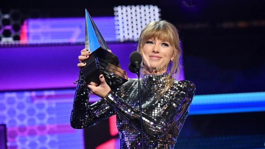 Taylor Swift breaks AMA record