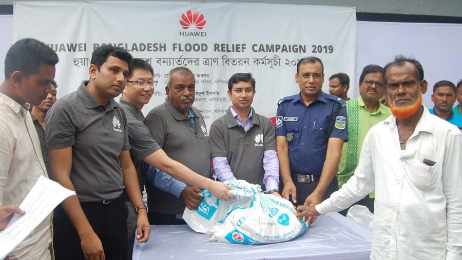 Huawei distributes relief amongst the flood affected people