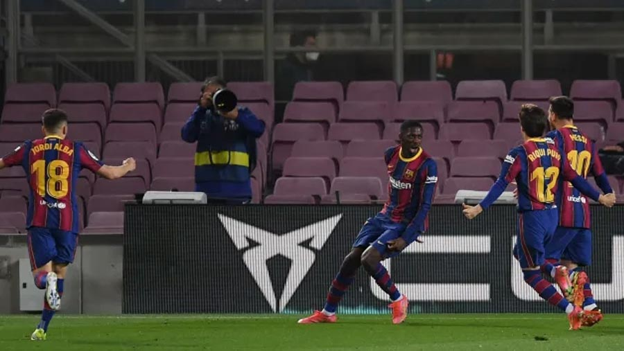 Barca keep pressure on with late goal